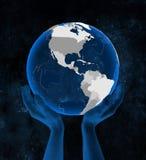 Сальвадор на глобусе в руках бесплатная иллюстрация