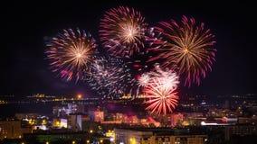 Салютуйте рождеству Нового Года фейерверков праздника ночи дня города Стоковые Изображения