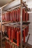 Салями в хранении фабрики стоковые изображения rf