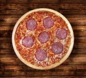Салями пиццы на деревянном столе Стоковые Фотографии RF