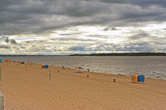 Самара, пляж города на берегах Рекы Волга на пасмурном дне перед дождем Стоковые Фото