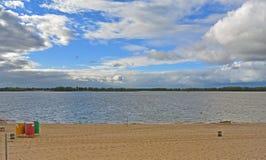Самара, пляж города на берегах Рекы Волга на пасмурном дне перед дождем Стоковые Изображения RF