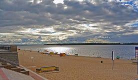 Самара, пляж города на берегах Рекы Волга на пасмурном дне перед дождем Стоковая Фотография
