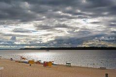 Самара, пляж города на берегах Рекы Волга на пасмурном дне перед дождем Стоковое фото RF
