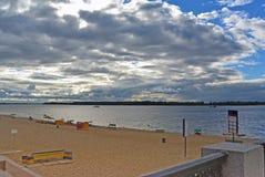 Самара, пляж города на берегах Рекы Волга на пасмурном дне перед дождем Стоковые Фотографии RF