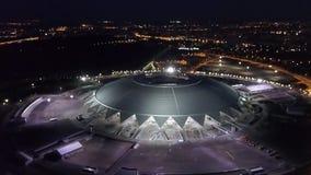САМАРА, РОССИЯ - ИЮНЬ 2018: взгляд сверху в движении стадиона в ноче, кубка мира 2018 арены самары видеоматериал