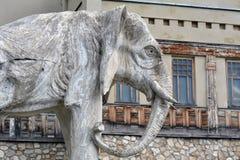 Самара, Россия - 07 06 2017: коттедж художника Konstantin Golovkin Скульптура слона в саде Это уникально дуга Стоковые Изображения RF