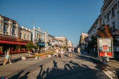САМАРА, РОССИЯ - 10-ое августа 2016: Центральная пешеходная улица Leningradskaya Стоковое Фото