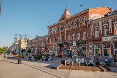 САМАРА, РОССИЯ - 10-ое августа 2016: Центральная пешеходная улица Leningradskaya Стоковое Изображение