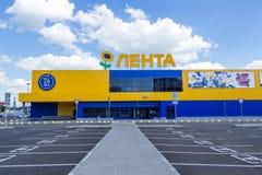 Самара, Россия - 29-ое июня 2018: Магазин Lenta гипермаркета против стоковые изображения