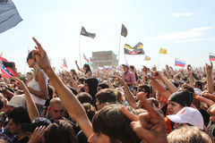 Самара 12 06 2010: Фестиваль много людей вытягивает их руки вверх Стоковые Фотографии RF
