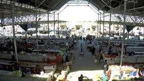 САМАРКАНД, УЗБЕКИСТАН - 20-ое сентября 2015: Современный павильон базара Siab Dekhkhan, здесь обнаруживает местонахождение рынок  видеоматериал