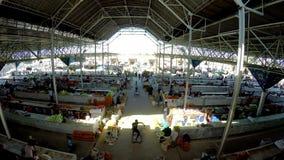 САМАРКАНД, УЗБЕКИСТАН - 20-ое сентября 2015: Современный павильон базара Siab Dekhkhan, здесь обнаруживает местонахождение рынок  сток-видео