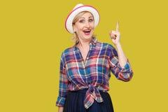 Самая лучшая идея Портрет возбужденной счастливой современной стильной зрелой женщины в непринужденном стиле с положением шляпы,  стоковые изображения rf