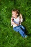 Самая смешная завальцовка малыша на траве Стоковые Изображения RF