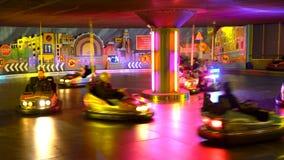 Самая шальная гонка на автомобилях бампера на парке атракционов видеоматериал