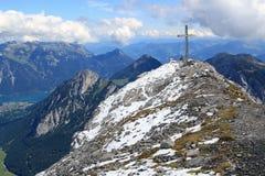 Саммит с крестом саммита в горных вершинах Стоковая Фотография