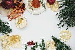 Самодельные красочные обломоки от различных свежих овощей - свекл, сладких картофелей, морковей, огурца, луков, томата Стоковое Изображение RF