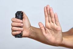 Самозащита - женщина с перцовым аэрозолем стоковые изображения