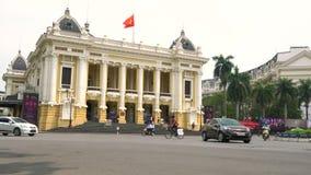 Самокаты, автомобили, движение и люди вне оперного театра Ханоя, Ханоя, Вьетнама видеоматериал