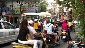 Самокаты, автомобили, движение, туристы, и люди на старых квартальных улицах столицы, Ханоя, Вьетнама акции видеоматериалы