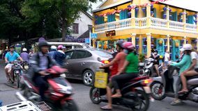 Самокаты, автомобили, движение, туристы, и люди на улицах дневного времени Hoi, Вьетнам видеоматериал