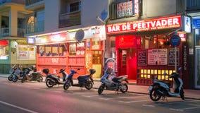 Самокаты на улице ночи Стоковая Фотография RF