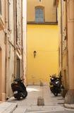 Самокаты припаркованные на старых зданиях. стоковое фото rf