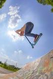 самокат воздушнодесантного мальчика идя Стоковые Изображения RF