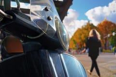 Самокат в городе в осени Стоковое Фото