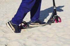 Самокат заглушенный в песке Стоковые Изображения RF