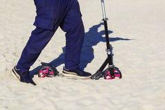 Самокат заглушенный в песке Стоковое Изображение