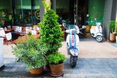 Самокат на улице близко к белому квадрату, Москве, 15 07 17 Стоковое Фото