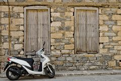 Самокат на улице стоковое фото