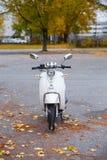 Самокат Vespa припарковал на рынке в старом городке Стоковое Изображение RF