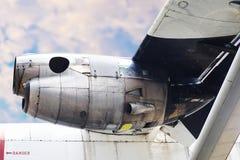 Самолетный двигатель с голубым небом под взглядом крыла воздушных судн стоковое изображение rf