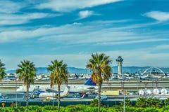 Самолеты в рисберме международного аэропорта Лос-Анджелеса стоковая фотография rf