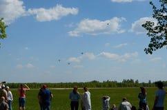 Самолеты людей наблюдая на авиасалоне Стоковая Фотография