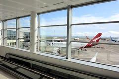 Самолеты на загрузке в аэропорте Новой Зеландии Окленда стоковые изображения rf