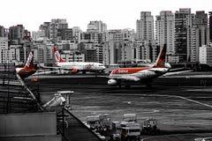 Самолеты на том основании со зданиями на заднем плане стоковое изображение rf