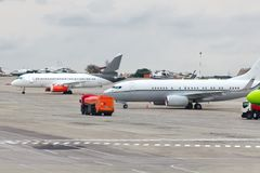 Самолеты припаркованы на авиапорте, близко к заполняя автомобилям Стоковые Изображения RF