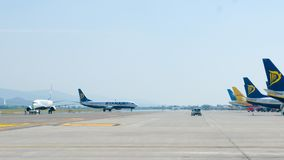 Самолеты Ryanair всходя на борт и принимая  Стоковое Фото