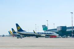 Самолеты Ryanair на крупном аэропорте Стоковые Фотографии RF