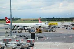 Самолеты Turkish Airlines припарковали на стойке на авиапорте вены дальше Стоковая Фотография