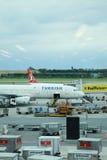 Самолеты Turkish Airlines припарковали на стойке на авиапорте вены дальше Стоковое фото RF
