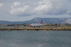 Самолет авиакомпании авиалиний Bingo на взлетно-посадочной дорожке Kerkira, Корфу, Греция стоковые фото