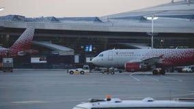 Самолет авиакомпании России отбуксирован к theparking району аэропорта видеоматериал