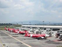 Самолет аэробуса имеет парком Air Asia и ждать для того чтобы взойтись на борт стоковая фотография rf