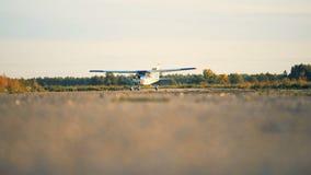 Самолет-биплан, воздушное судно, самолет, самолет двигает вдоль взлетно-посадочной дорожки видеоматериал