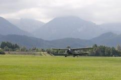 самолет-биплан принимает Стоковые Изображения